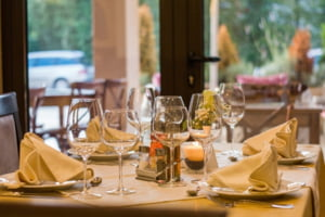 """Ghidul de siguranta in restaurante"" publicat de organizatia HORA. Sfaturile si obligatiile pentru angajati si clienti"