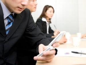 """""""Maniere tech"""" la birou: e-mailul insolent, smartphone-ul galagios si exces de Facebook"""
