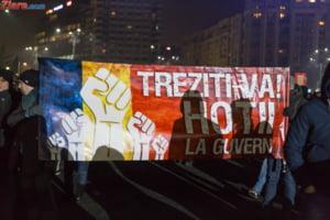 """Tineriada"" continua: Un antreprenor si-a facut birou in Piata Victoriei, altul le-a facut program flexibil angajatilor ca sa poata protesta"