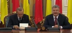 Clipul zilei: Erdogan se chinuie sa nu adoarma in timp ce il asculta pe Poroshenko