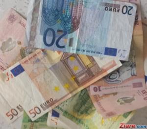 Curs valutar: Leul continua sa scade in fata euro, dar creste fata de dolar