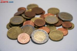Curs valutar: Euro scade, dar dolarul continua sa creasca