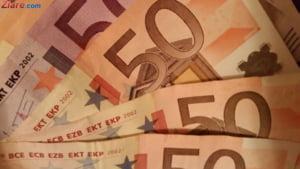Curs valutar: Euro scade, dolarul creste