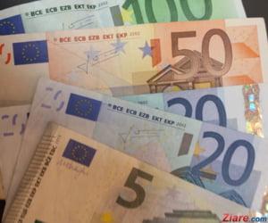 Curs valutar: Euro scade putin de tot, dolarul continua sa creasca