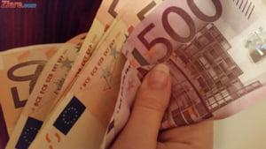 Curs valutar: Euro scade putin de tot, iar dolarul creste