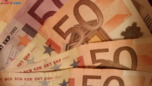 Curs valutar: Euro si dolarul scad, iar aurul a stabilit un nou nivel record