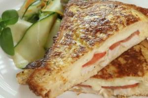 Reteta zilei: French Toast cu piept de pui si rosii