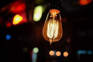 ANRE a aprobat plafonarea preturilor la electricitate pentru clientii casnici