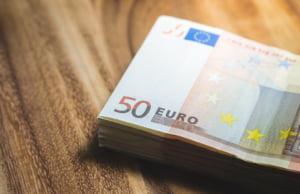 Afacerea bancnotelor false de 50 de euro: Interlopii si-au cumparat masini, telefoane si tratamente cu acid hialuronic pentru iubite
