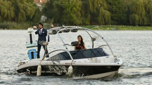 Afaceri inspirate de James Bond: Un CEO roman a creat costumul care nu se uda si l-a testat pe lacul Snagov