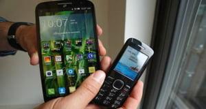Alcatel lanseaza un telefon mobil atat de mare incat vine la pachet cu unul mai mic