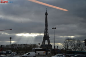 Alerta terorista la Paris - Turnul Eiffel, evacuat si inconjurat de politie