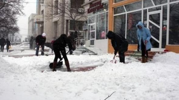 Amenzi de peste 90.000 de lei pentru bucurestenii care nu au curatat zapada de pe trotuare