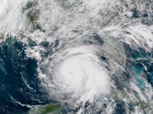 Americanii se pregatesc pentru cel mai devastator uragan care loveste Florida in ultimii 100 de ani