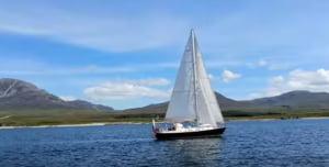 Angajatii britanici se plimba cu barca prin lume pe banii firmei, au sauna la birou si concediu pentru catel