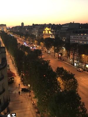 Atac terorist revendicat de Statul Islamic in centrul Parisului: Un politist a fost ucis, bulevardul Champs-Elysees a fost inchis