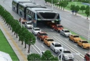 Autobuzul care circula peste masini in China nu e atat de grozav cum pare la prima vedere