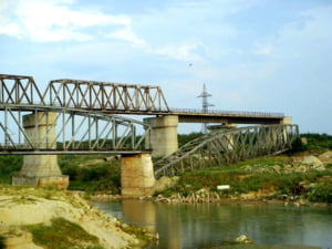 Autoritatile vor sa faca un pod urias la Gradistea, ca sa aiba loc... navele de croaziera de pe Arges. Pana atunci, ocolim prin Videle