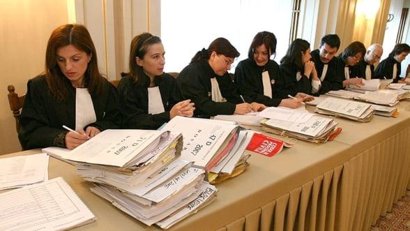 Avocatii si notarii cu cinci ani vechime in profesie ar putea deveni automat mediatori