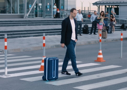 Bagajul tau e destept? Iata valiza care te urmeaza ca un catelus (Video)