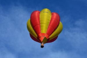 Balon cu aer cald plin cu turisti, prabusit in Egipt. Cel putin un mort si 12 raniti