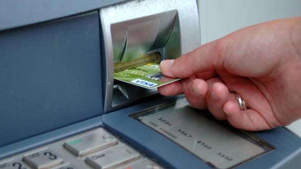 Bancile reclama proiectul ANPC pentru afisarea comisoanelor la ATM. Ce nu le convine