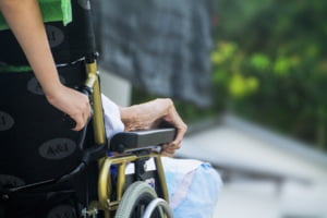 Bani mai multi pentru asistentii care au in ingrijire adulti cu handicap, dar si restrictii si amenzi