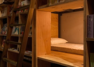 Biblioteca unde citesti pana adormi si nimeni nu te goneste (Galerie foto)