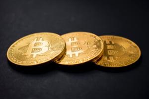 Bitcoin a depasit pragul de 10.000 de dolari pe unitate pentru prima oara de la inceputul lunii iunie