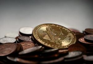 Bitcoin se prabuseste: A ajuns la cel mai redus nivel din ultimul an
