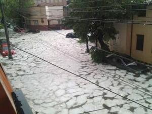Bucurestiul, dupa o ploaie de mai: Imagini de cosmar cu torente si sloiuri de gheata