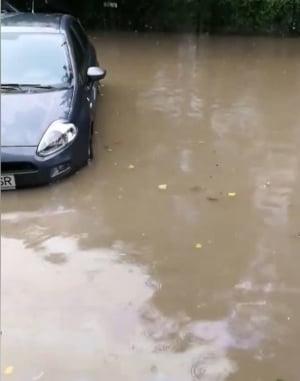 Bucurestiul a devenit Mica Venetie, dar nu e nimic romantic aici: Ca sa ajunga la munca, oamenii au mers prin apa pana la genunchi (Foto&Video)