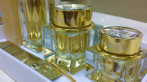 Bvlgari, Burberry, Dior sau Chanel contrafacute, vandute ca originale intr-un complex comercial din Capitala. Captura vamesilor se ridica la 66.000 de euro