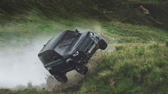Cascadorii cu Noul Land Rover Defender 110 in cel mai nou film James Bond: No Time to Die