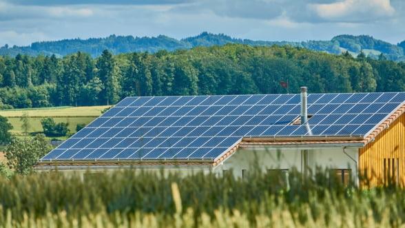 "Cat costa sa-ti montezi panouri solare si ce economii faci locuind intr-o casa ""verde""?"