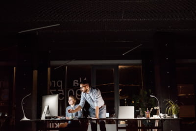 Iluminatul la locul de munca: ce impact are lumina asupra productivitatii si concentrarii angajatilor