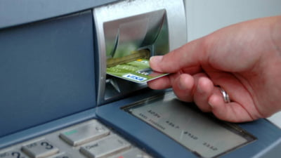 Ce comisioane percep bancile la retragerile de la bancomat