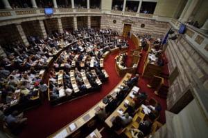 Ce face premierul Greciei dupa ce a fost tradat de colegi si lasat fara majoritate in Parlament