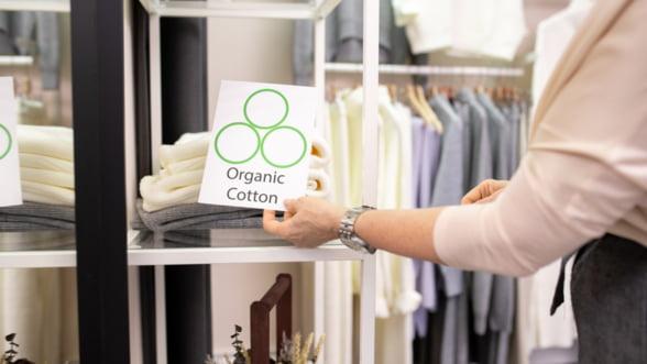 Ce haine si accesorii 'organice' cumpara romanii: lenjerie, rucsacuri si tenisi (raport GLAMI.ro)