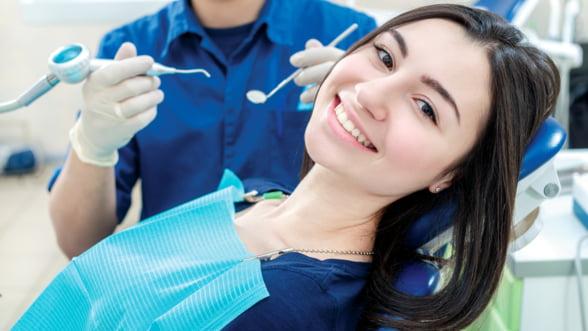 Ce sa alegi atunci cand suferi de edentatie: implant dentar, proteza mobila sau punte dentara?