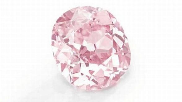 Ce spui de un inel de logodna cu diamant roz? Costa 15,7 mil. dolari