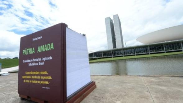 Cea mai mare carte din lume, depunsa in fata Congresului din Brazilia, pentru a denunta birocratia