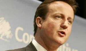 Cel putin 300 de functionari europeni castiga mai mult decat David Cameron