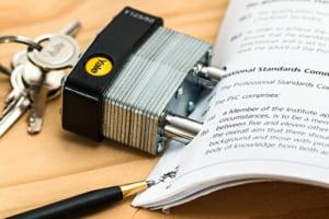 Cele trei riscuri majore de care trebuie sa te feresti atunci cand semnezi un contract de credit