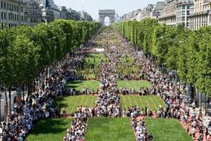 Celebrul bulevard parizian Champs-Elysees, transformat intr-o imensa gradina