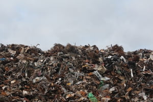 Comisia Europeana cere Romaniei sa implementeze decizia CJUE privind inchiderea gropilor de gunoi ilegale