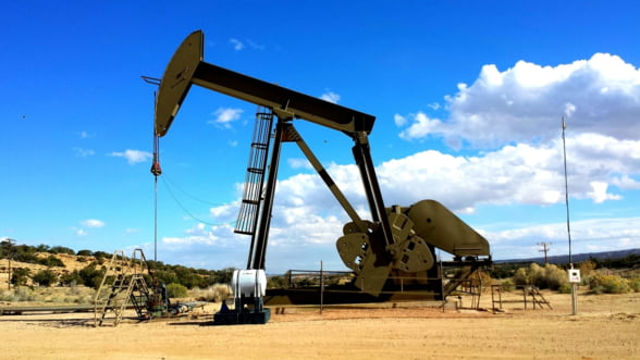Cotatia petrolului a urcat cu 2%, dupa ce Arabia Saudita a anuntat ca va reduce cantitatea furnizata pietelor globale