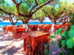 Creta: Coboara de pe un munte inzapezit direct in apele calde ale Mediteranei