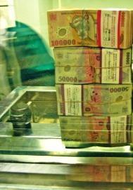 Criza financiara internationala coboara leul
