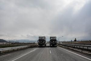 """Cum preiau soțiile românce volanul TIR-urilor si devin șoferițe profesioniste. Înțelegerile """"tacite"""" pentru mii de kilometri în plus"""